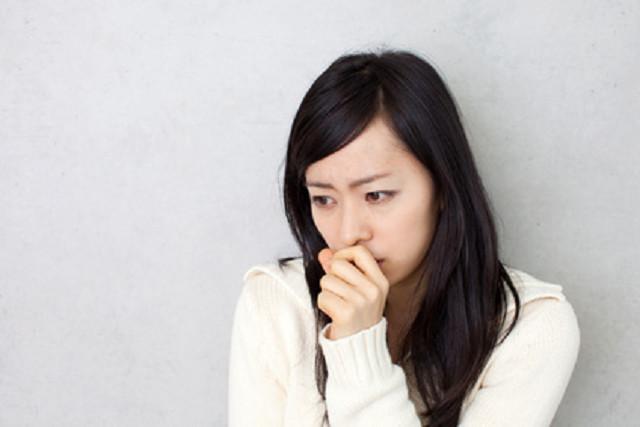 PMSの症状に悩む女性