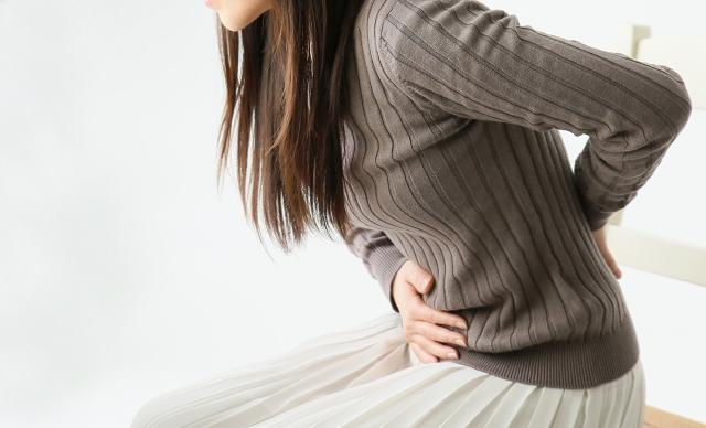 つらい生理痛に悩む女性
