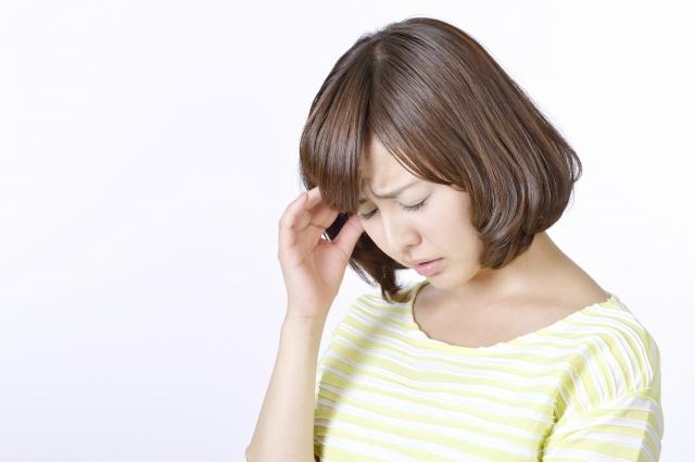 頭痛と身体の疲れに悩む女性