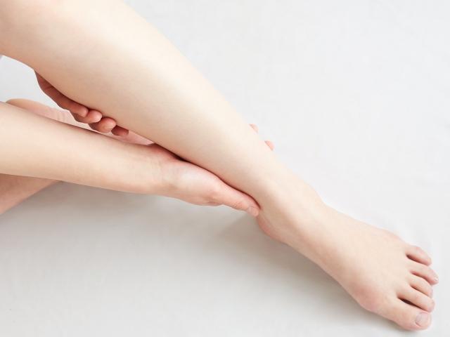 むくみから来る辛い症状に悩む女性の脚